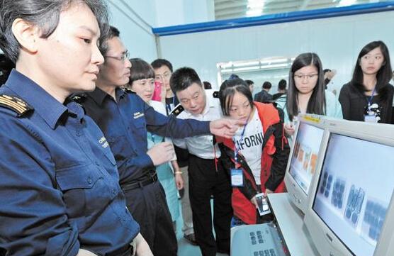 近日,在武汉海关驻邮局办事处报关大厅,海关关员柳洁向市民陈涛耐心